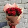 Букет из 9 красных роз в комбинированной крафтовой упаковке