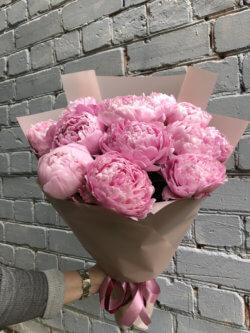 Букет из 11 розовых пионов в крафтовой упаковке
