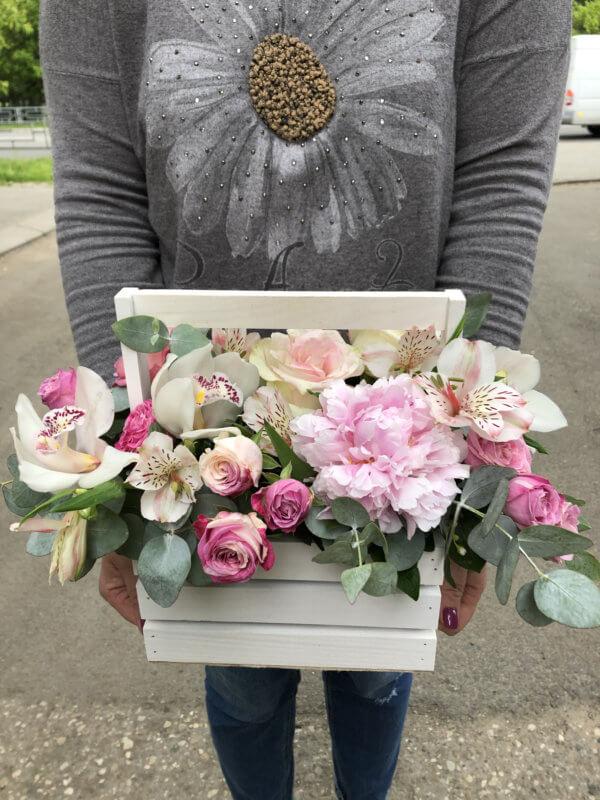 Ящик с пионом, розами, орхидеей, альстромериями и декоративной зеленью