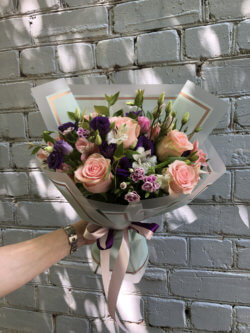 Букет с розами, эустомами, альстромериями и декоративной зеленью в упаковке