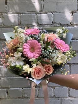 Букет с герберами, кустовыми розами, альстромериями, матиолами и гипсофилой в крафтовой упаковке