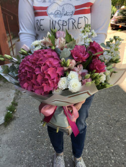 Букет с гортензией, розами, матиолами, альстромериями, эустомами, эвкалиптом в упаковке