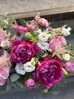 Ящик с пионами, пионовидными розами, астильбой, кустовыми розами и эустомами