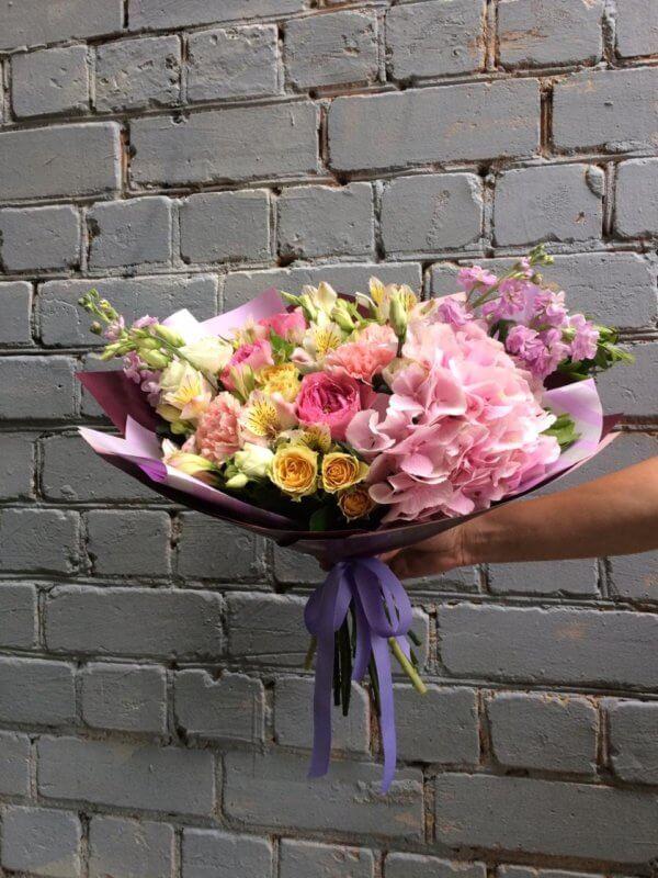 Букет с гортензией, пионовидными розами, матиолами, гвоздиками, альстромериями и эустомами в крафтовой упаковке