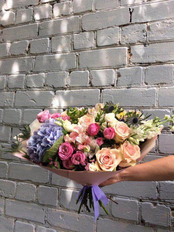 Букет с гортензией, розами, матиолами, альстромериями, эрингиумом, эустомой и декоративной зеленью в крафтовой упаковке